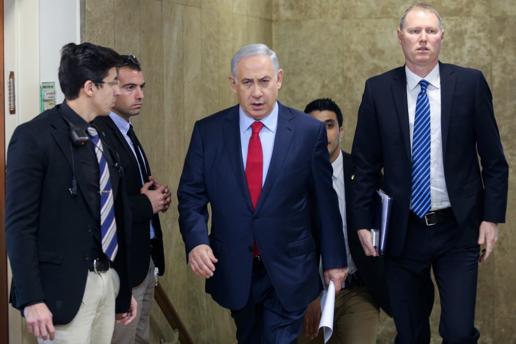 Israeli Prime Minister Benjamin Netanyahu (C) arrives to the weekly government conference, at the Prime Minister's Office in Jerusalem, on January 17, 2016. Photo by Amit Shabi/POOL *** Local Caption *** éùéáú îîùìä øàù äîîùìä áðéîéï ðúðéäå áéáé îùøã øàù äîîùìä