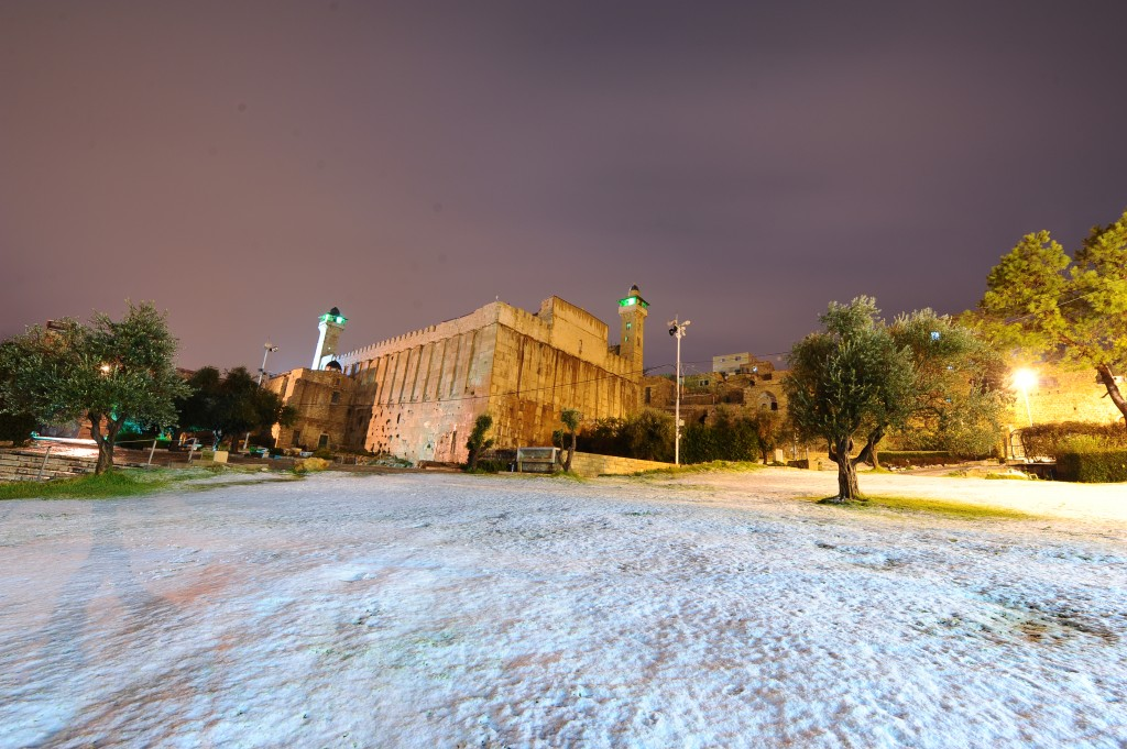 View of the Tomb of the Patriarchs covered with snow in the divided West bank city of Hebron, January 25, 2016, as a major winter storm hits the country. Photo by Mendy Hechtman/Flash90 *** Local Caption *** çáøåï îòøú äîëôìä