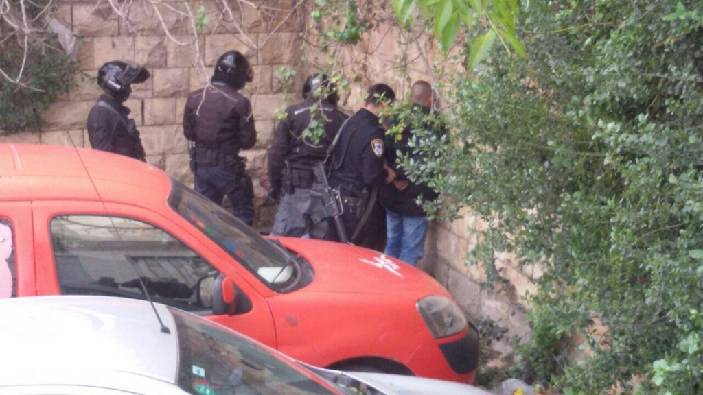 Security personel aprehend the attempted terrorists in Yerushalyim, Sunday morning.