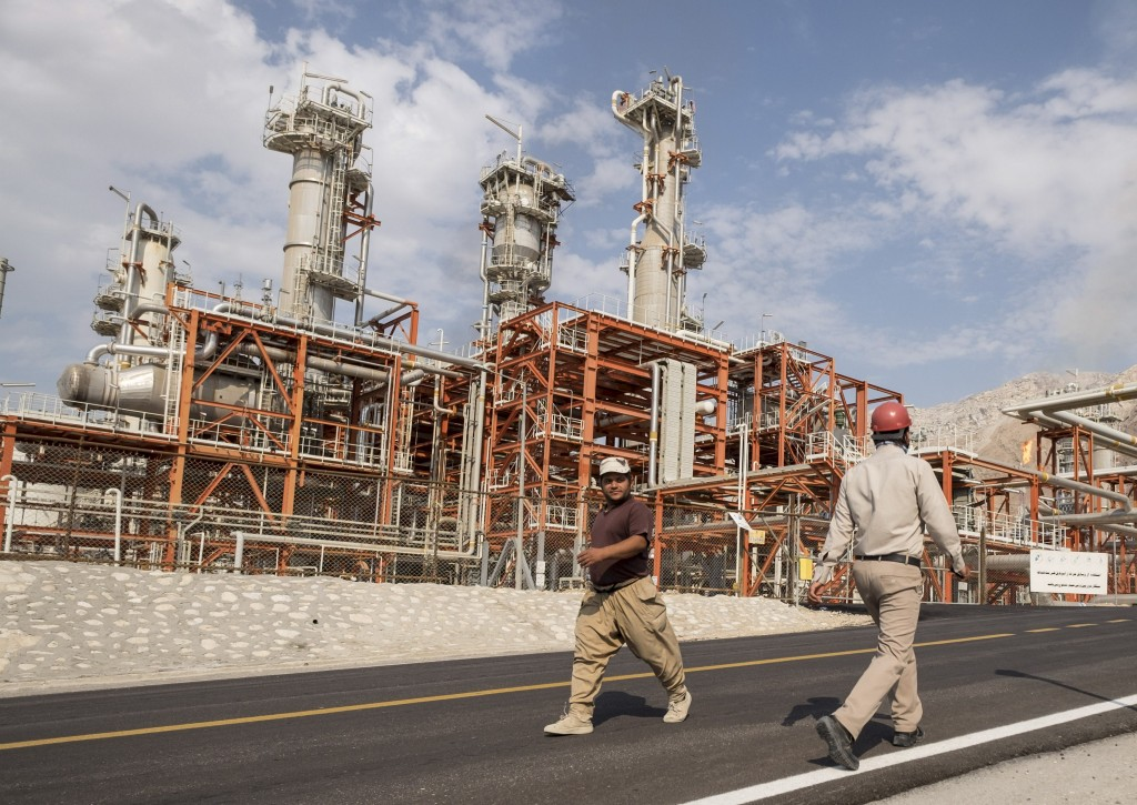 Iranian workers walk at a unit of South Pars Gas field in Asalouyeh Seaport, north of Persian Gulf, Iran in this November 19, 2015 file photo. REUTERS/Raheb Homavandi/TIMA/Files ATTENTION EDITORS - THIS IMAGE WAS PROVIDED BY A THIRD PARTY. FOR EDITORIAL USE ONLY.