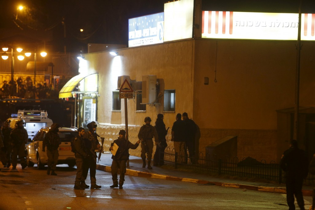 Israeli security forces secure the area near a shop where Israeli police said a stabbing attack took place by two Palestinians on two Israelis in the West Bank Jewish settlement of Beit Horon near Jerusalem January 25, 2016. Two Palestinians were shot dead after stabbing two Israeli women on Monday in the West Bank, police said, in an emerging pattern of assaults inside Jewish settlements in the occupied territory. REUTERS/Nir Elias