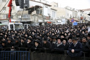 A view of the crowd outside Yeshivas Mir during the hespedim of Harav Refael Shmuelevitz, Tuesday. (Reuters/Ronen Zvulun)