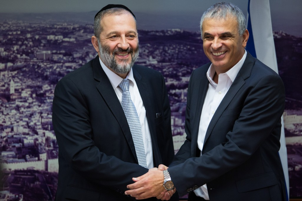 Finance Minister Moshe Kahlon and Interoir Minister Aryeh Deri announce reforms to the transportation and water pricing, December 27, 2015. Photo by Flash90