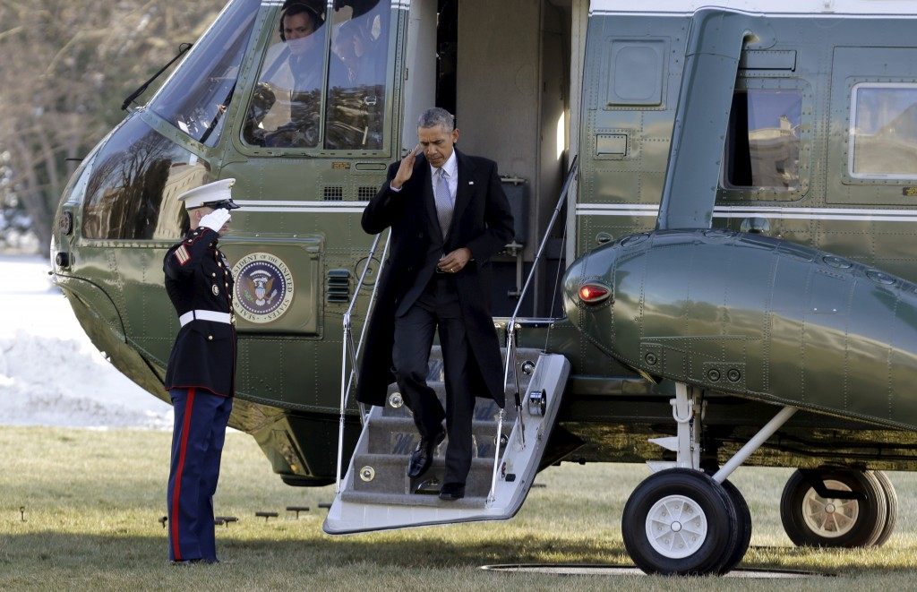 U.S. President Barack Obama salutes as he steps off Marine One upon arrival at the White House in Washington January 25, 2016. Obama travelled to the Walter Reed National Military Medical Center in Bethesda, Maryland to visit with wounded service members. REUTERS/Joshua Roberts