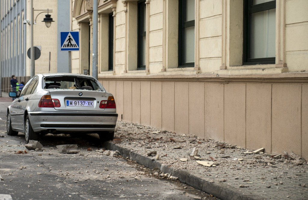 A damaged car and debris are seen in a street of Melilla, Spain, after a major earthquake of magnitude 6.3 struck across Spain's southern coast January 25, 2016. REUTERS/Jesus Blasco de Avellaneda