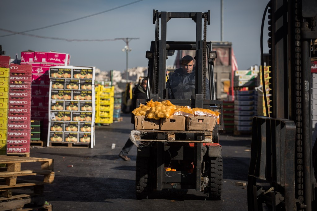 At the wholesale market in Yerushalayim's Givat Shaul area. (Hadas Parush/Flash90)