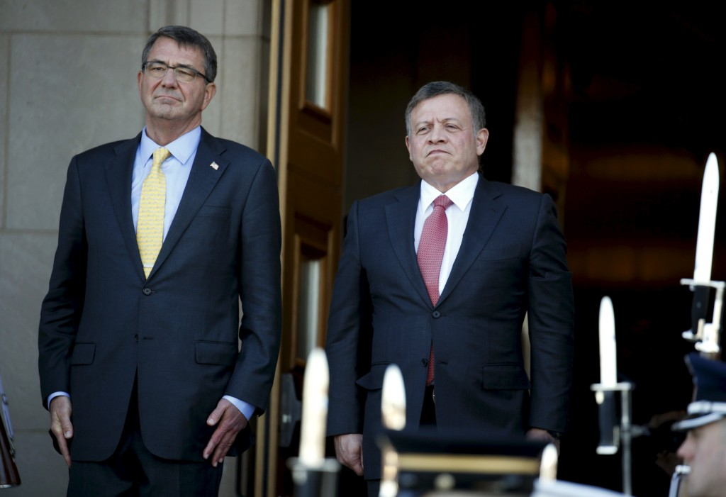 U.S. Defense Secretary Ash Carter (L) welcomes Jordan's King Abdullah upon his arrival for their meeting at the Pentagon in Washington, January 11, 2016. REUTERS/Kevin Lamarque