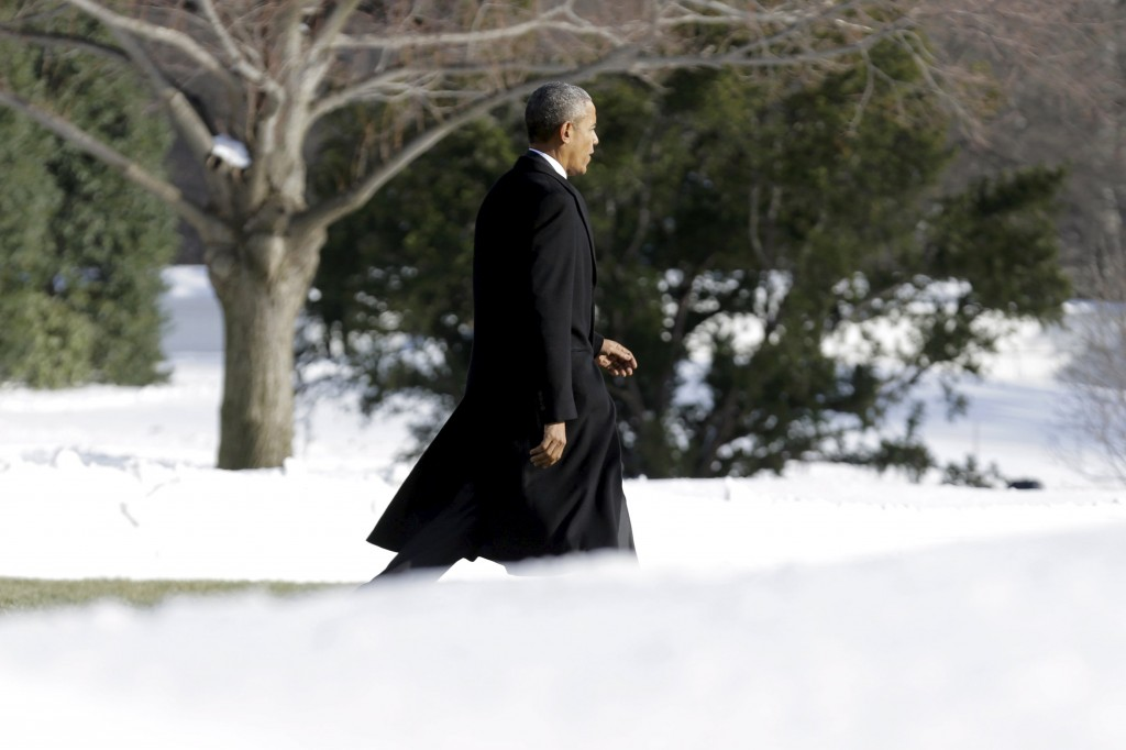 U.S. President Barack Obama walks past piles of snow on to Marine One as he departs from the White House in Washington January 25, 2016. Obama is traveling to the Walter Reed National Military Medical Center in Bethesda, Maryland to visit with wounded service members. REUTERS/Joshua Roberts