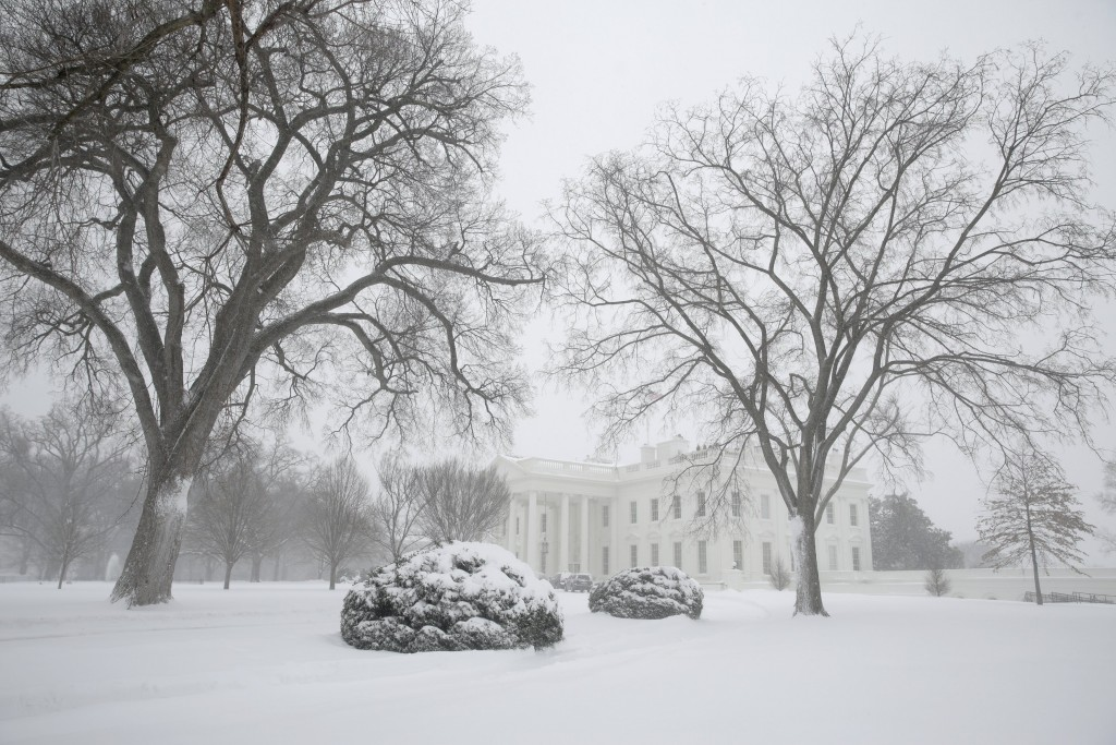 The White House grounds are covered in snow during a winter storm in Washington January 23, 2016. A winter storm dumped nearly 2 feet (58 cm) of snow on the suburbs of Washington, D.C., on Saturday before moving on to Philadelphia and New York, paralyzing road, rail and airline travel along the U.S. East Coast. REUTERS/Joshua Roberts