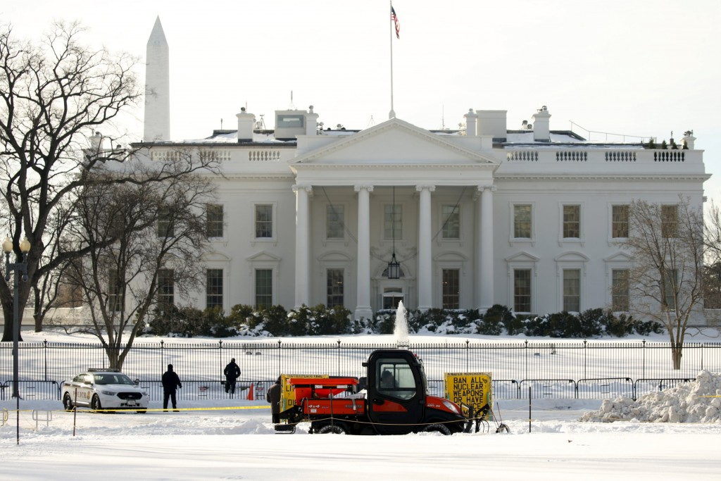 A snow plow clears a sidewalk in front of the White House in Washington January 25, 2016. The Washington area is digging out from the weekend blizzard. REUTERS/Kevin Lamarque