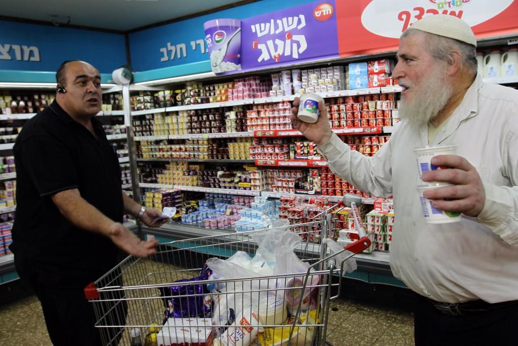 Israelis argue on boycotting the purchase of cottage cheese in the Rami Levy supermarket in Jerusalem. The price of cottage recently went up and many consumers are calling for a boycott of the product. June 16, 2011. Photo by Nati Shohat/FLASH90 *** Local Caption *** ÷åèâ' ÷åèâ âáéðä ñåôø çøí îåöøé çìá ÷ðéåú öøëðåú