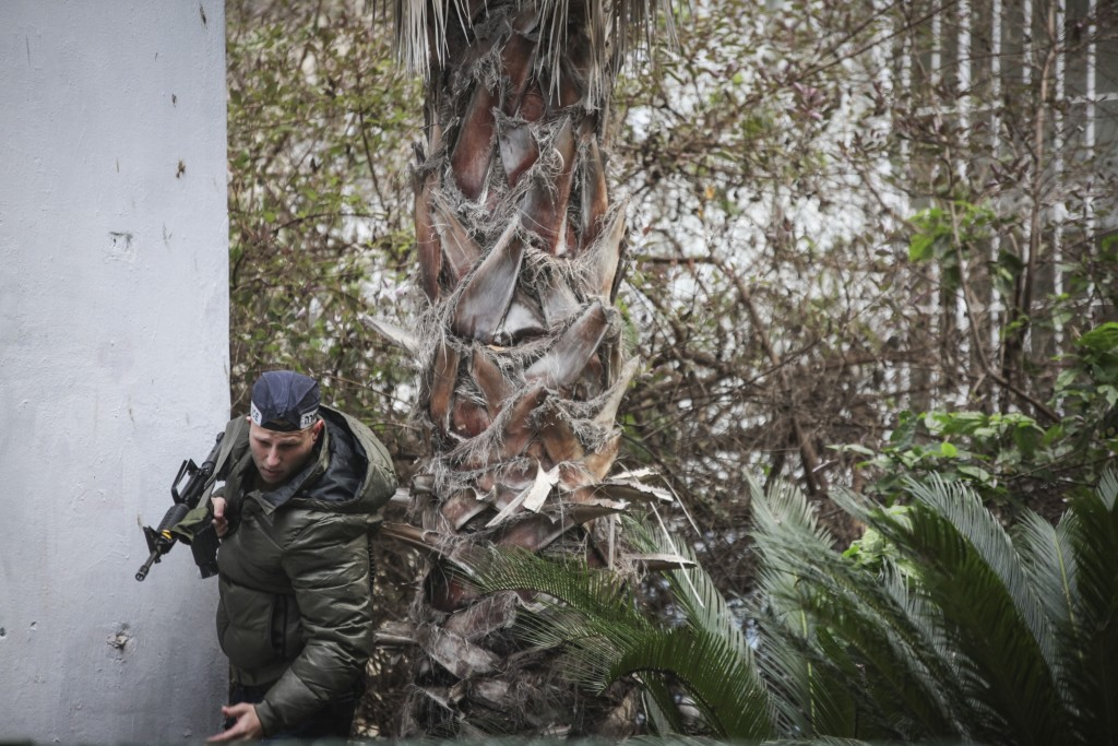Israeli security forces search for the gunman after a shooting attack at a pub in central Tel Aviv, on Friday, January 1, 2016. Two people were killed in the shootings and several injured. Police suspect a terror attack. Photo by Esther Rubyan/Flash90 *** Local Caption *** úì àáéá ôéâåò éøé äøåâéí ôöåòéí îùèøä ùåèøéí çéôåù ñøé÷ä ñåø÷éí îöåã ðîìè îçáì