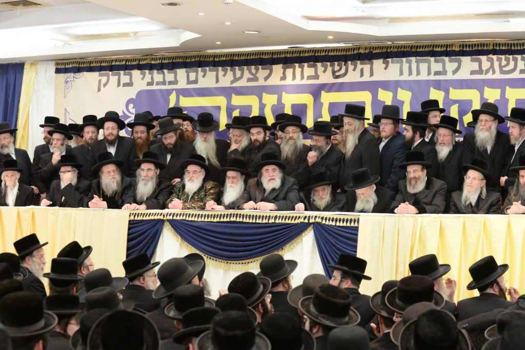 The dais of the Rebbes, shlita. (JDN)