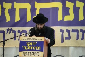 Harav Tzvi Meir Silberberg speaks at the keness. (JDN)