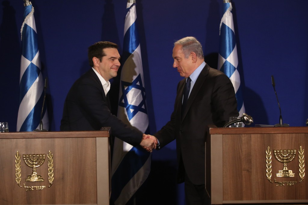 Prime Minister Binyamin Netanyahu (R) shake hands with his Greek counterpart Alexis Tsipras during a joint press conference and signing on bilateral agreements on January 27, 2016. Photo by Yonatan Sindel/Flash90