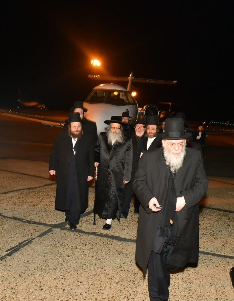 Satmar Rebbe, Harav Zalmen Leib Teitelbaum walking from the private plane in a London airport after he missed the scheduled flight from Israel. The Rebbe is scheduled the be in London for a Shabbos Chizuk for the local Satmar community. (JDN)