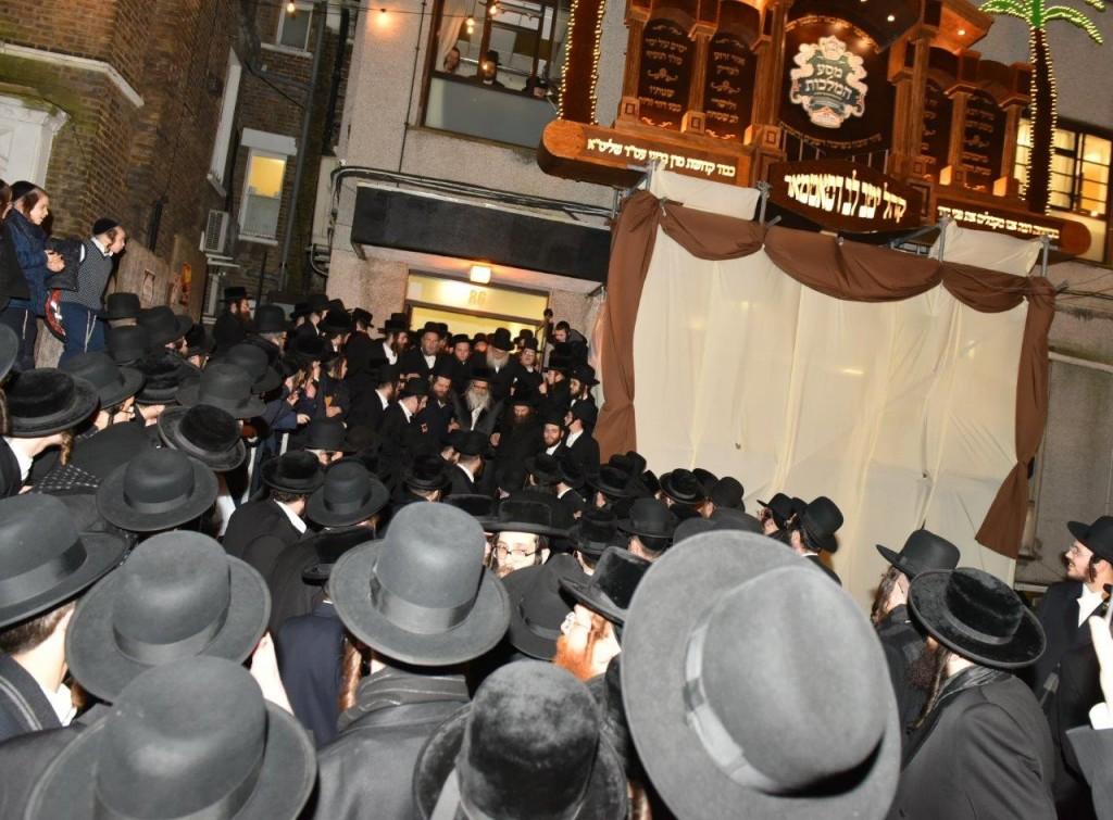 Hundreds of Satmar Chasidim awaiting the Satmar rebbe, Harav Zalmen Leib Teitelbaum after arriving to the Satmar bais medresh at 86 Clapton Common in the Stamford Hill neighborhood in London. (JDN)