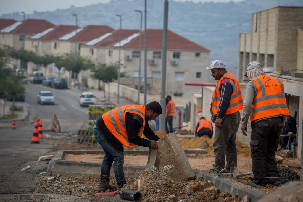 Arab construction workers in Beitar Illit. Photo by Nati Shohat/Flash90