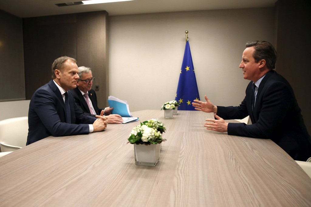 British Prime Minister David Cameron (R) attends a meeting with European Council President Donald Tusk (L) and European Commission President Jean Claude Juncker (C) during a European Union leaders summit addressing the talks about the so-called Brexit and the migrants crisis, in Brussels, Belgium, February 19, 2016. REUTERS/Dan Kitwood/Pool