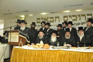 Harav Chaim Wosner speaks. Also seen, Harav Landau, the Machnovka Rebbe and the Sadigura Rebbe. (JDN)