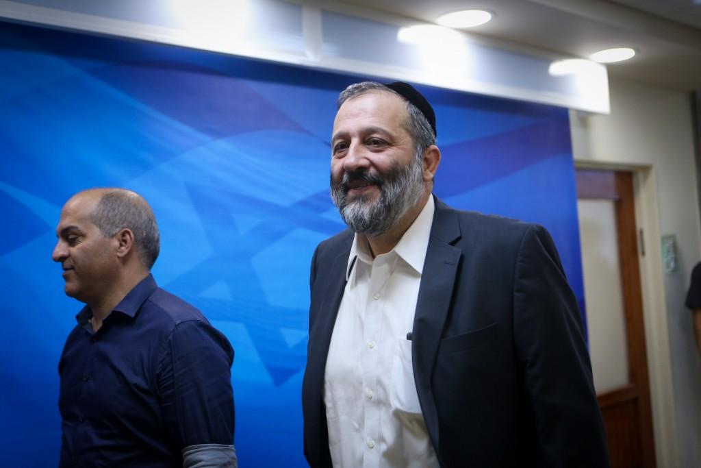 Israeli Minister of Economics Aryeh Deri arrives to the weekly government conference, at PM Netanyahu's office in Jerusalem, on October 25, 2015. Photo by Alex Kolomoisky/POOL *** Local Caption *** éùéáú îîùìä ùø úùúéåú àøéä ãøòé