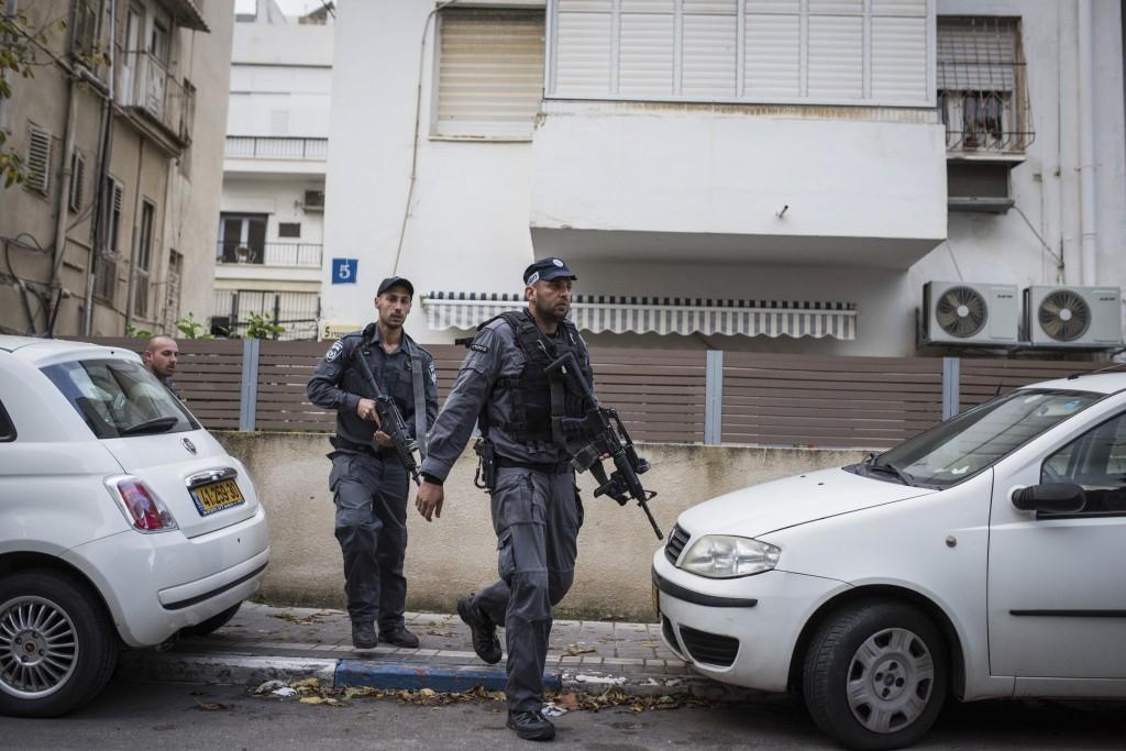 Police search for the gunman who had shot Israeli civilians at a pub in central Tel Aviv, on Friday, January 1, 2016. Two people were killed in the shootings and several injured. Police suspect a terror attack. Photo by Ben Kelmer/Flash90 *** Local Caption *** úì àáéá ôéâåò éøé äøåâéí ôöåòéí îùèøä ùåèøéí çéôåù ñøé÷ä ñåø÷éí îöåã ðîìè îçáì