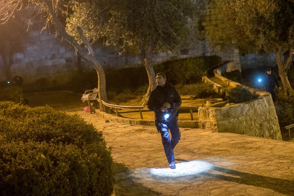 Israeli security forces at the scene of a stabbing attack near Damascus Gate, Jerusalem, January 30, 2016. A 17 year-old Israeli man was lightly wounded on Saturday after two Palestinians attackers stabbed him. Photo by Yonatan Sindel/Flash90 *** Local Caption *** ôéâåò èøåø ã÷éøä ùòø ùëí ã÷éøä éøåùìéí òéø òúé÷ä