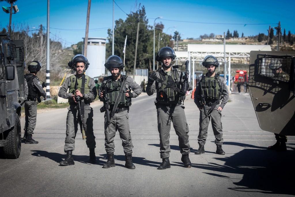 Israeli soldiers and security forces at the scene of shooting attack at a checkpoint near the Jewish settlement of Beit El in the West Bank, on January 31, 2016. Three Israelis were wounded on Sunday morning when a Palestinian gunman opened fire at an IDF checkpoint near the jewish settlement of Beit El, in the West Bank. Photo by Flash90 *** Local Caption *** ôéâåò éøé îçñåí çééìéí ëåçåú âåôä îçáì áéú àì áéú çåìéí ôöåò