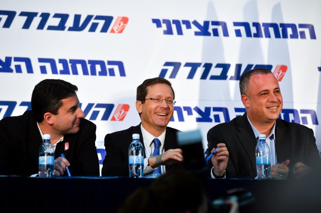 Leader of the Israeli Labour party Isaac Herzog (C) seen with Labour party member Hilik Bar (R) at the Labour party convention in Tel Aviv Convention Center on February 7, 2016. Photo by Flash90 *** Local Caption *** îåòéãú îôìâú äòáåãä òáåãä éöç÷ äøöåâ çéìé÷ áø