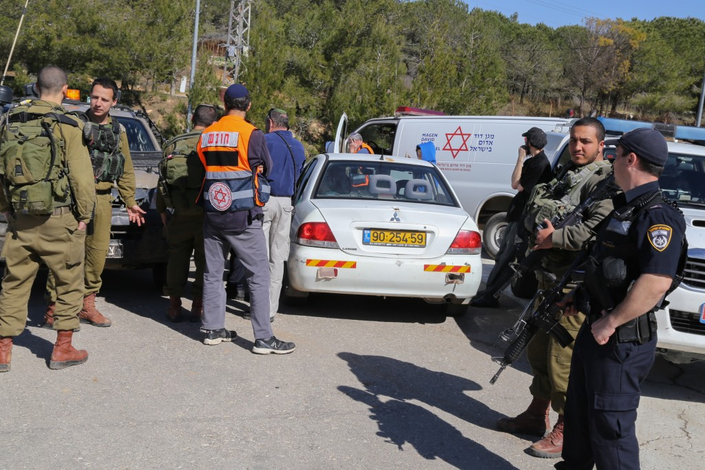 Israeli security forces at the scene of an attempted car ramming attack between Alon Shavuot and Kfar Etzion in Gush Etzion. (Gershon Elinson/Flash90)