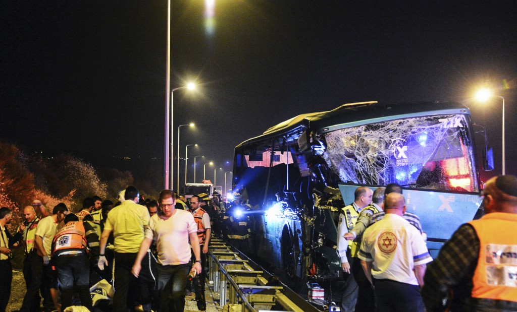 Medical and Rescue personnel evacuate wounded and killed passengers from the scene where a bus crashed into a truck pulled over on Road 1 near Latrun interchange, on February 14, 2016. Photo by Flash90 *** Local Caption *** תאונת דרכים תאונה כביש 1 מחלף לטרון משאית אוטובוס התנגש התנגשות פצועים הרוגים מדא זקא