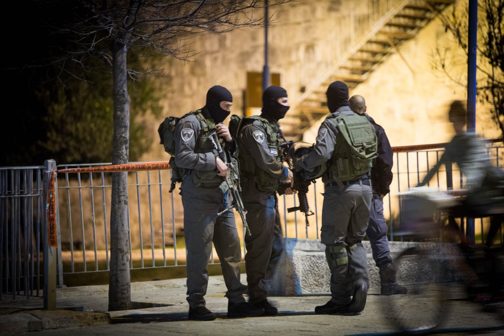 Israeli security forces seen at the scene of an attempted shooting attack near Shaar Shchem in Yerushalayim. (Yonatan Sindel/Flash90)