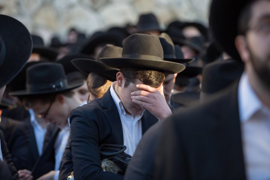Ultra orthodox jews mourn during the funeral of Leah Melamed in Jerusalem on February 15, 2016, Melamed and five over people died last night when a bus crash into a truck pulled over on Road 1 near Latrun interchange. Photo by Yonatan Sindel/Flash90 *** Local Caption *** úàåðú äìååéä ìàä îìîåã ãøëéí úàåðä ëáéù 1 îçìó ìèøåï îùàéú àåèåáåñ äúðâù äúðâùåú äøåâéí