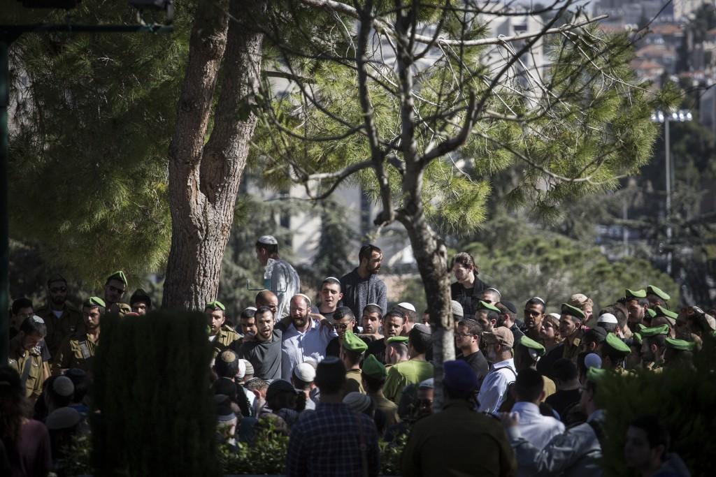 Hundreds attend the funeral of Tuvia Yanai Wisman, at the Mount Herzl military cemetery in Jerusalem, on February 18, 2016. Wisman, a 21-year-old soldier, husband and father, was killed yesterday in a stabbiong attack inside Rami Levy grocery store in Shaar Binyamin, West Bank.  Photo by Hadas Parush/Flash90 *** Local Caption *** ôéâåò ã÷éøä ùòø áðéîéï øîé ìåé äø äøöì áéú ÷áøåú äìååéä ìååéä èåáéä éðàé åéñîï