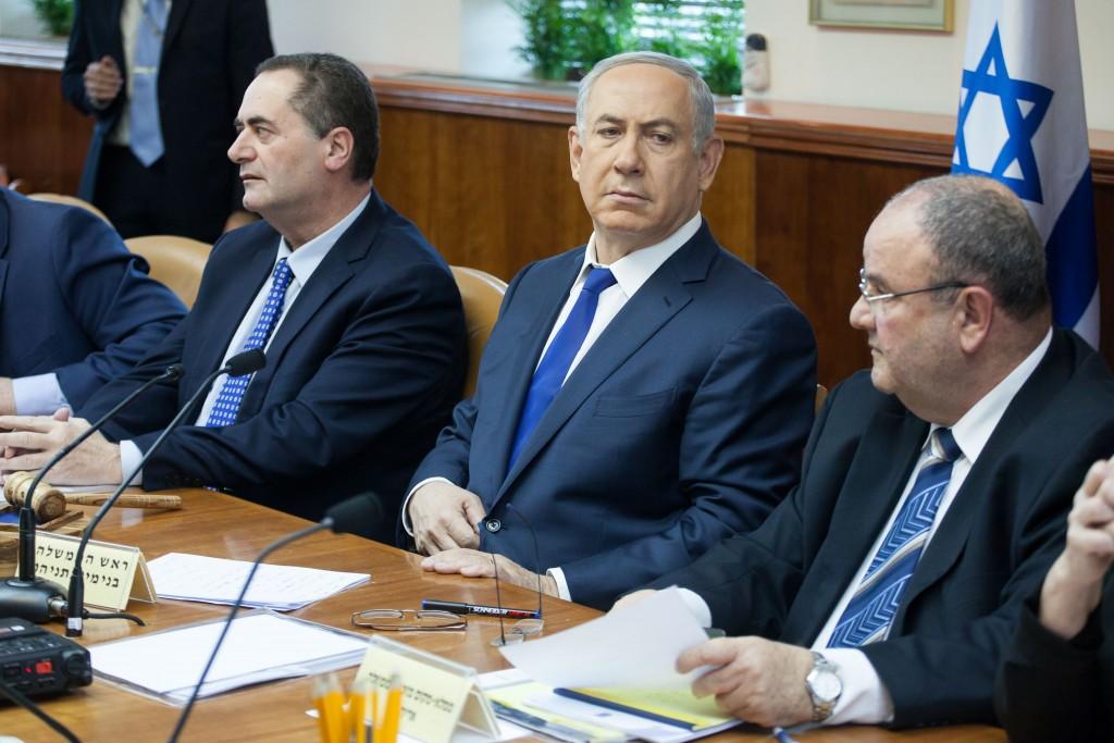 Israeli Prime Minister Benjamin Netanyahu leads the weekly government conference, at PM Netanyahu's office in Jerusalem, on February 21, 2016. Photo by Emil Salman/POOL *** Local Caption *** éùéáú îîùìä øàù äîîùìä áðéîéï ðúðéäå áéáé