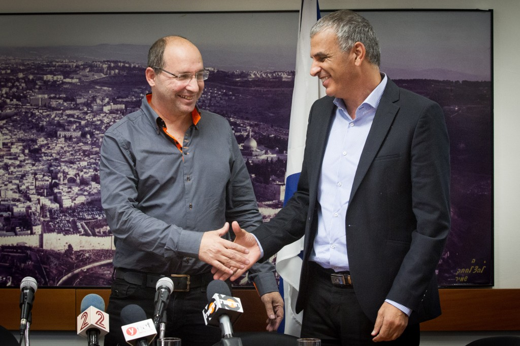 Israeli Finance Minister Moshe Kahlon, shown here with Histadrut Chairman Avi Nissankoren (L) at the Finance Ministry in Yerushalayim. (Miriam Alster/Flash90)