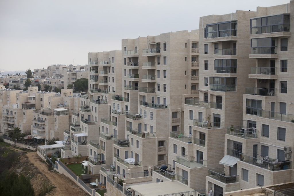 A new apartment building complex in the southern Yerushalayim neighborhood of Gilo. (Lior Mizrahi/Flash90)