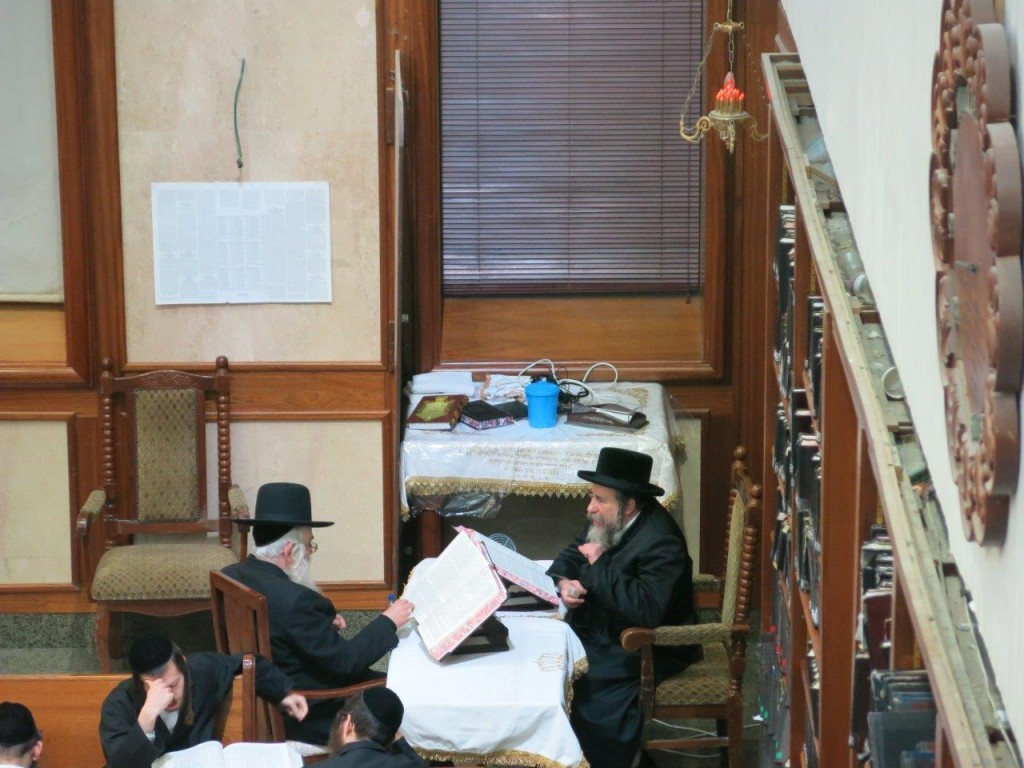 The Rebbe learns in the beis medrash. (JDN)
