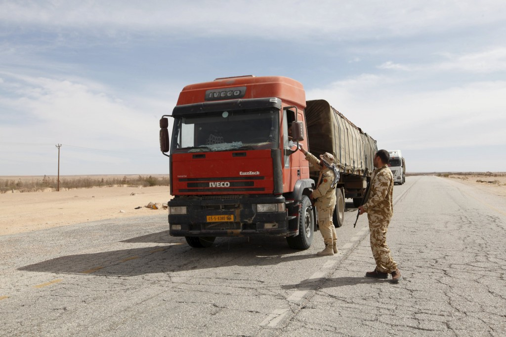 Libyan soldiers man a checkpoint in Wadi Bey, west of the Islamic State-held city of Sirte, February 23, 2016. REUTERS/Ismail Zitouny