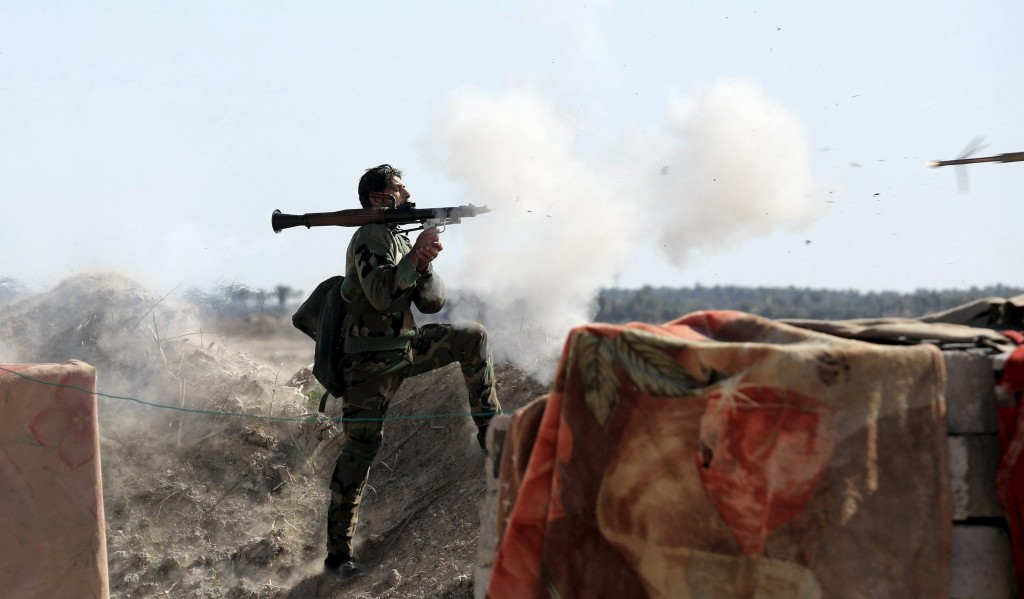 An Iraqi soldier launches a rocket-propelled grenade towards Islamic State militants, west of Falluja, February 4, 2016. Picture taken February 4, 2016. REUTERS/Stringer FOR EDITORIAL USE ONLY. NO RESALES. NO ARCHIVE.