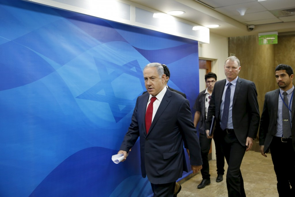 Israeli Prime Minister Benjamin Netanyahu (L) arrives to the weekly cabinet meeting in Jerusalem February 28, 2016. REUTERS/Ronen Zvulun