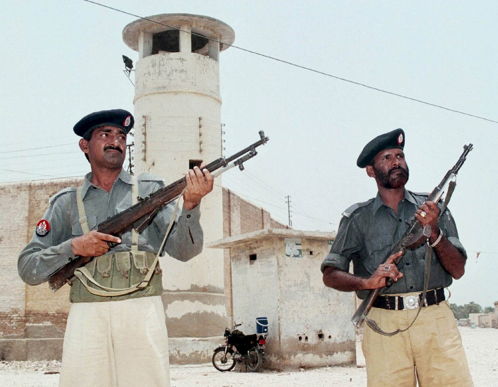 Pakistani policemen guard the central jail in Hyderabad, 160 km (100 miles) from Karachi, in this July 10, 2002 file photo. Pakistan has arrested 97 al-Qaeda and Lashkar-e-Jhangvi militants, including three commanders, in the southern port city of Karachi, and foiled a planned attack that would have broken Daniel Pearl's killer out of Hyderabad Central Jail, the military said on February 12, 2016. REUTERS/Akram Shahid/Files