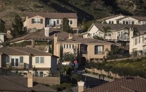 Homes near the SoCalGas Aliso Canyon Storage facility in Porter Ranch, Calif. (Brian van der Brug/Los Angeles Times/TNS)