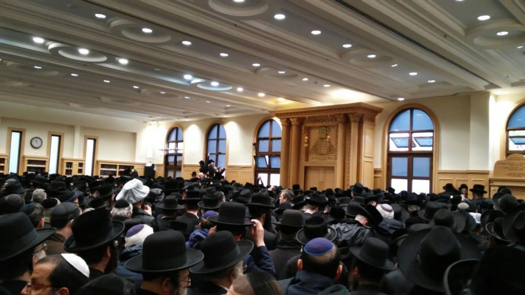 A view of the crowd at the levayah in the Erlau beis medrash in Katamon. (Chadashot24)