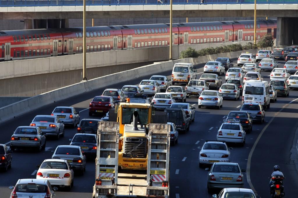 Heavy traffic on the highway entering Tel Aviv, July 06 2010. Photo by Nati Shohat/Flash90. *** Local Caption *** תנועה פקק מכוניות רכבים כלי רכב פקוק כביש מהיר תל אביב