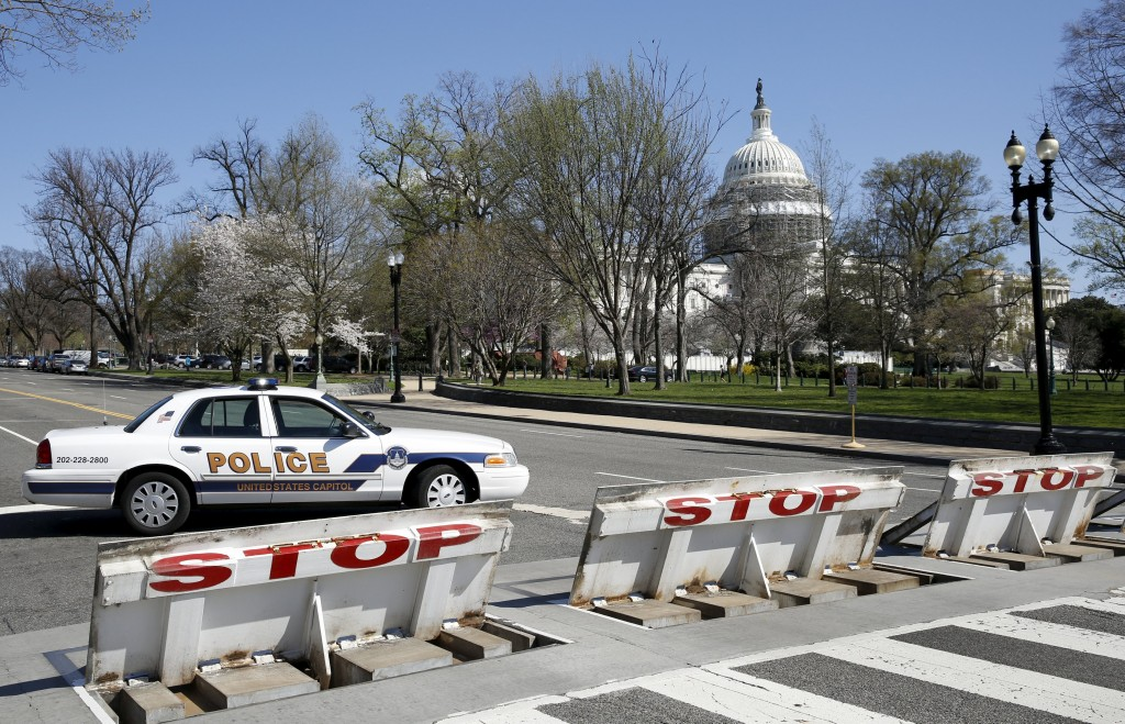 Police block the area around U.S. Capitol building after a shooting at the Capitol Visitor Center complex in Washington, March 28, 2016. (Yuri Gripas/Reuters)