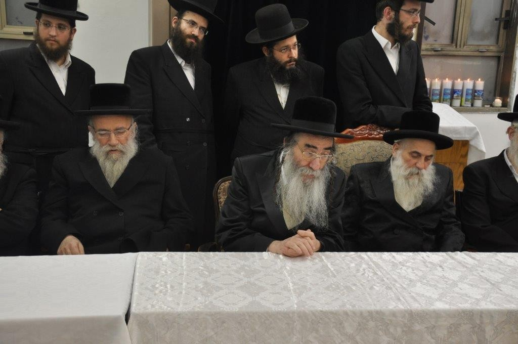 (L to R) Harav Shmuel Eliezer Stern, the Aleksander Rebbe adn the Botoshan Rebbe at the hesped. (Yehuda Perkowitz)