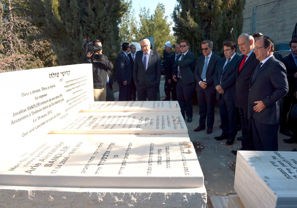 Israeli Prime Minister Benjamin Netanyahu (2R) and French President Francois Hollande (R) visit the graves of the Jewish victims who were killed last year in a terror attack in Toulouse, France, at the Givat Shaul cemetery in Jerusalem. November 19, 2013. Hollande has been on a 3-day official visit in Israel and the Palestinian Territories. November 19, 2013. Photo by Haim Zach/GPO/FLASH90 *** Local Caption *** ??? ?????? ?????? ?????? ? ???? ???? ??????? ????? ???? ??? ???? ??????? ????? ? ???? ????