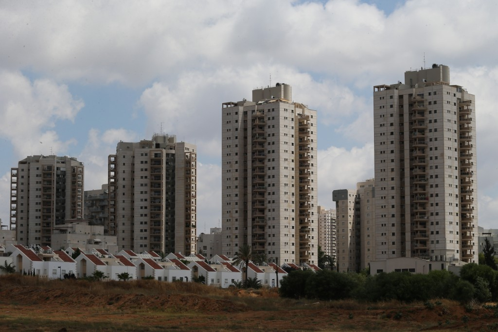 High-rise residential buildings near smaller homes in the central Israeli city of Petah Tikva, June 24, 2015. Photo by Nati Shohat/FLASH90 *** Local Caption *** ôúç ú÷ååä ôúç ú÷åä áðéä áúéí áéú