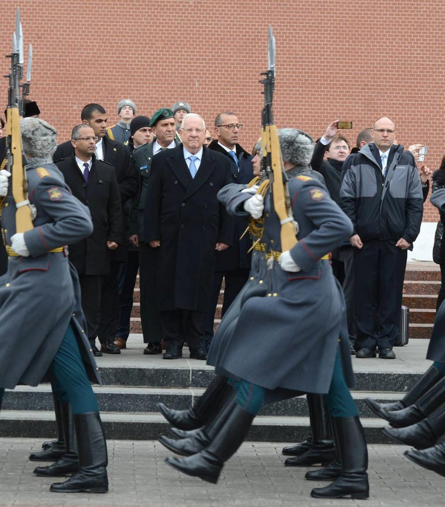 "Israeli President Reuven Rivlin visits the Tomb of the Anonymous Soldier, at the Red Square, in Moscow, Russia, during his visit, on March 16, 2016. Photo by Mark Neyman/GPO *** Local Caption *** נשיא המדינה פתח הבוקר את ביקורו במוסקבה בביקור בקבר החייל האלמוני הממוקם במתחם הכיכר האדומה ובאוסף כתבי היד העבריים שבספרייה ע""ש לנין."